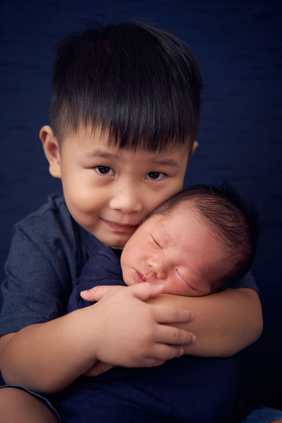 newborn with sibling photoshoot
